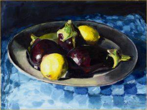 Aubergines en citroenen op een tinnen bord