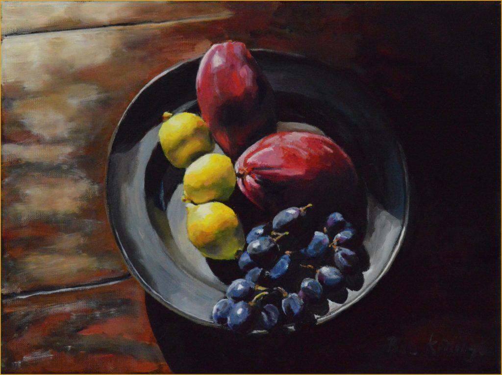 Tinnen schaal met fruit, bovenaanzicht
